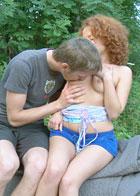 在初夏的野外做爱简直太刺激了