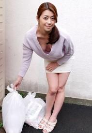 1Pondo-121417_617 早上扔垃圾走光的人妻