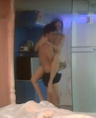 温馨主题房苗条白肤美乳妹纸与男友一起洗个鸳鸯浴回床上各种啪啪啪干了2炮
